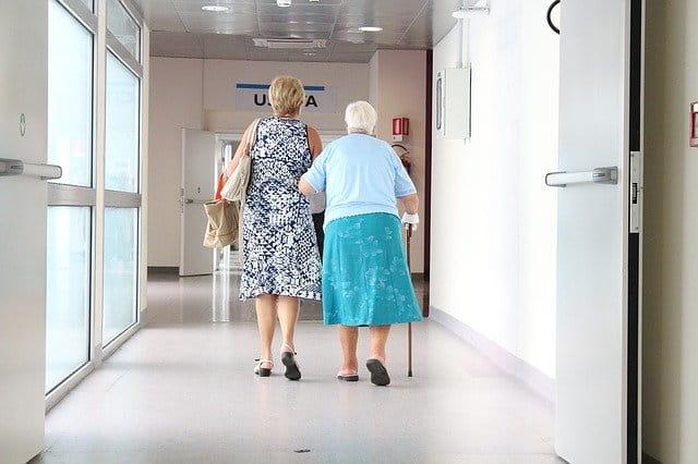 Exemplo da população de idosos que adentram no hospital para realizar cirurgias de emergência