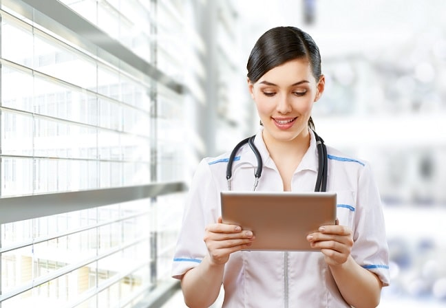 enfermeira usando tablet para telenfermagem