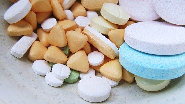 medicamentos variados, incluindo hidroxicloroquina para COVID-19