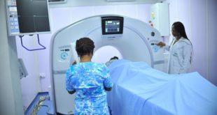 Pacienete de alto risco para câncer de pâncreas passa por exame de ressonância para detecção da doença
