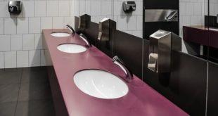 Banheiro público onde pode ocorrer a transmissão fecal-oral da Covid-19, que pode levar a sintomas gastrointestinais