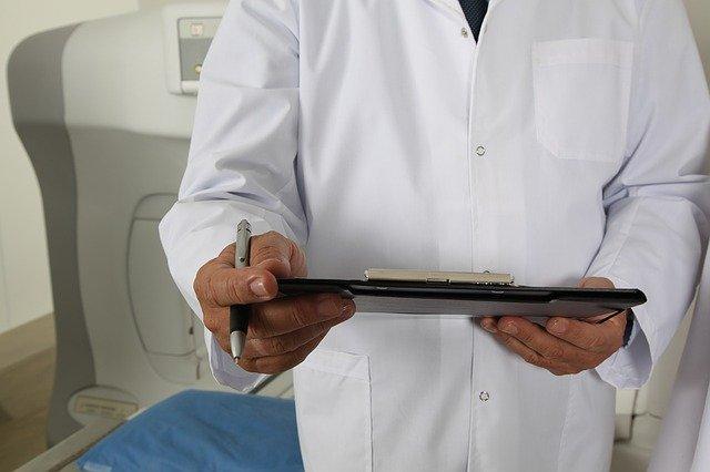 Médico analisa o método para estratificar pacientes com maior risco de convulsões