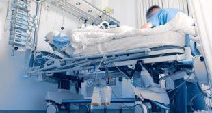 médico atendendo paciente com covid-19 e trombose venosa profunda em UTI