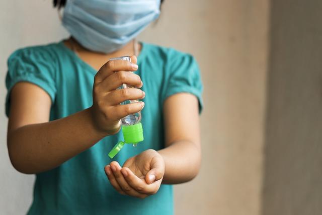 Criança toma precauções contra a Covid-19, enquanto são realizados estudos sobre a utilização de dexametasona na pediatria.