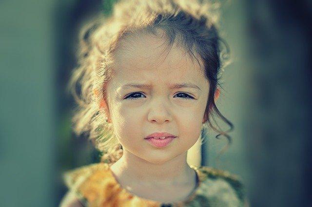 Criança representando a parte da população afetada pela Dermatomiosite Juvenil (DMJ)