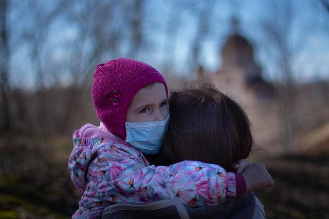 Criança durante a pandemia de covid-19, que segundo estudo possui chances menores de transmitir e se infectar com o vírus.