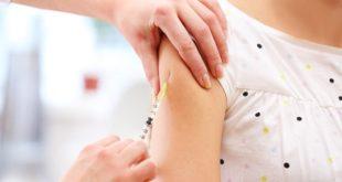 mão de médico aplicando vacina em braço de menina de acordo com calendário vacinal do Ministério da Saúde 2020