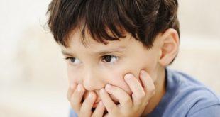 paciente autista com as mãos no rosto antes de consulta sobre função visual