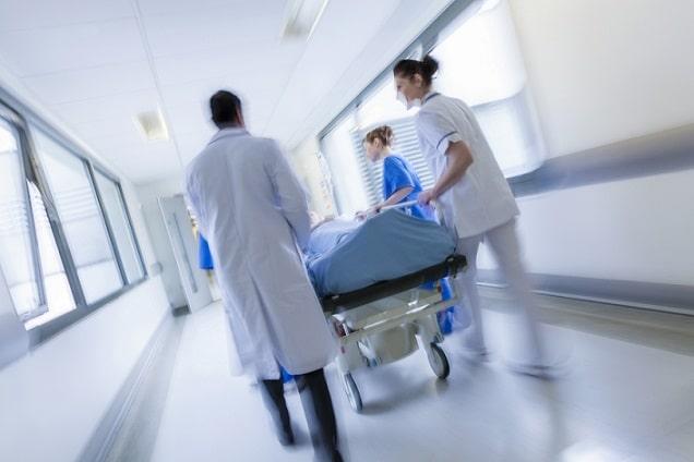 médicos levando maca de paciente com fatores de risco para covid-19