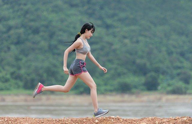 Pessoa pratica exercício para evitar uma situação de sedentarismo e evitar o risco de câncer