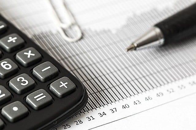 calculadora em foco para planejamento financeiro da área da saúde