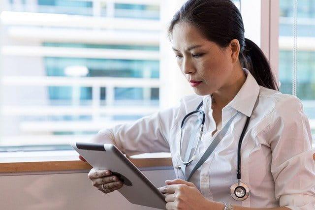 Médica analisa os dados para definição da melhor estratégia de tratamento treat-to-target para artrite reumatoide