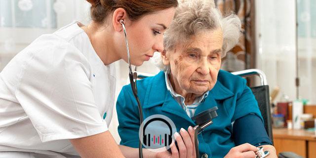 médica aferindo pressão de paciente idosa com hipertensão arterial e problemas do sono