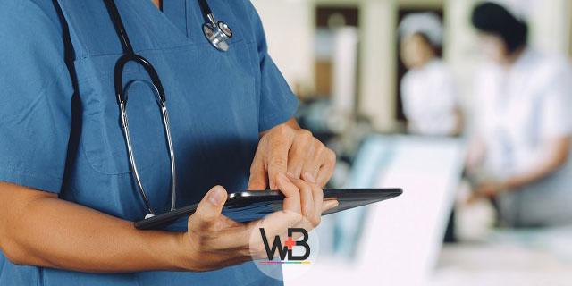 médico escrevendo sobe câncer de pâncreas