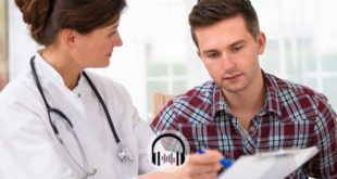 médica mostrando tratamento para paciente com gota