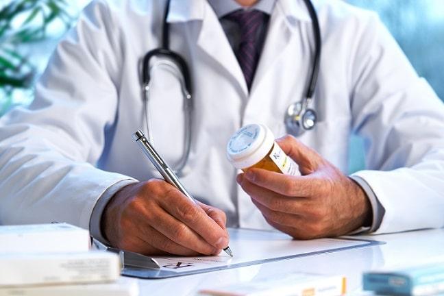 médico prescrevendo secuquinumabe para doença de Behçet