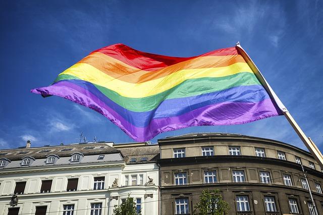 bandeira LGBTQI+ em frente a prédio após liberação da doação de sangue por homossexuais
