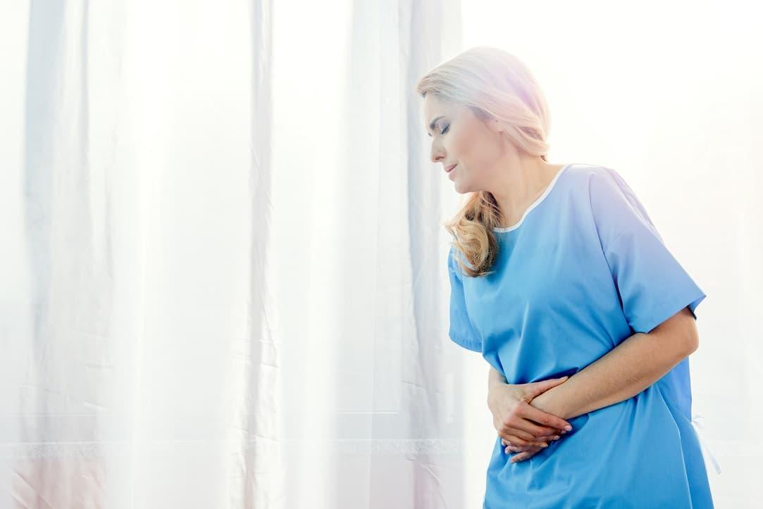 Pacientes sofrendo de Diverticulite do Cólon Esquerdo aguarda consulta com médico guiado pelas guidelines da American Society of Colon and Rectal Surgeons