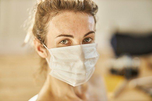 Pessoa usando máscara se preocupa com a propagação e o risco de transmissão por vias aéreas da Covid-19