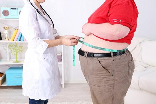 médica medindo circunferência de paciente com diabetes e obesidade