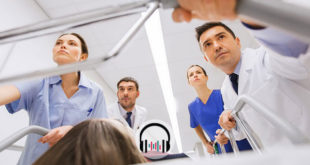 médicos levando paciente para internar e usar cânula nasal de alto fluxo na covid-19