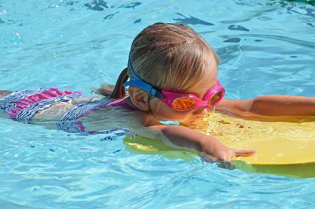 menina criança fazendo atividade física de natação