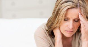 mulher com fadiga por síndrome pós-Covid-19