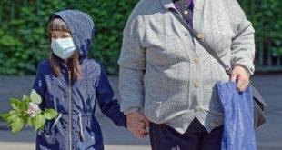 Criança passeia com o responsável durante a pandemia de Covid-19 se atentando às instruções de proteção para evitar uma infecção pelo vírus