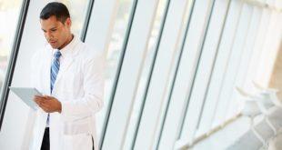 médico usando whitebook