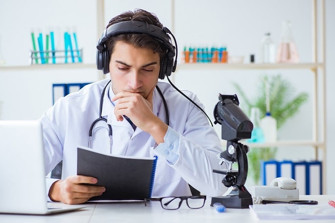 médico avaliando exame de paciente em telemedicina