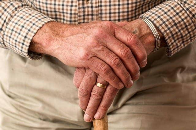 Senhor com possível diagnóstico de artrite reumatoide sob tratamento do tipo Treat-to-target durante a era da pandemia de Covid-19