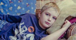 Criança apresentando sintomas de Arterite de Takayasu fica em repouso