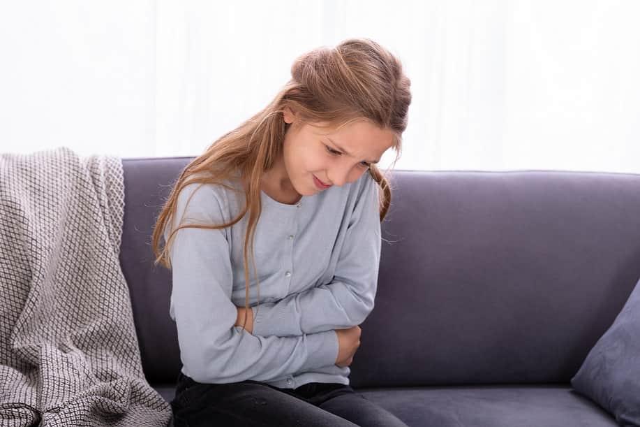 Mulher sofrendo de incontinência fecal