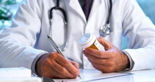 médico prescrevendo antibiótico para paciente usando o guia de antimicrobianos do whitebook