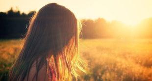 Mulher em meio a natureza em tratamento para distúrbios de ansiedade