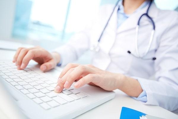 médica usando telemedicina para orientar os pacientes