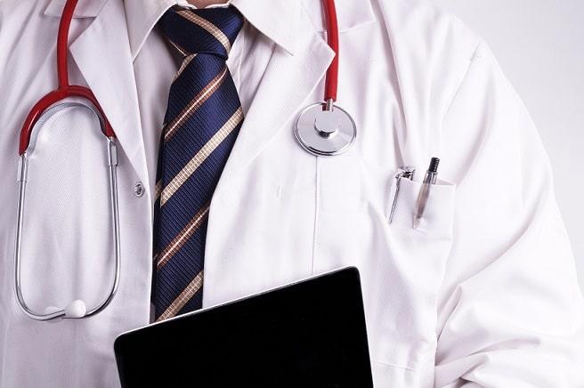 médico segurando um tablet para telemedicina