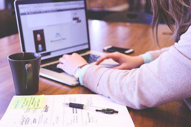 enfermeiro digitando em computador sobre empreendedorismo e nursebook