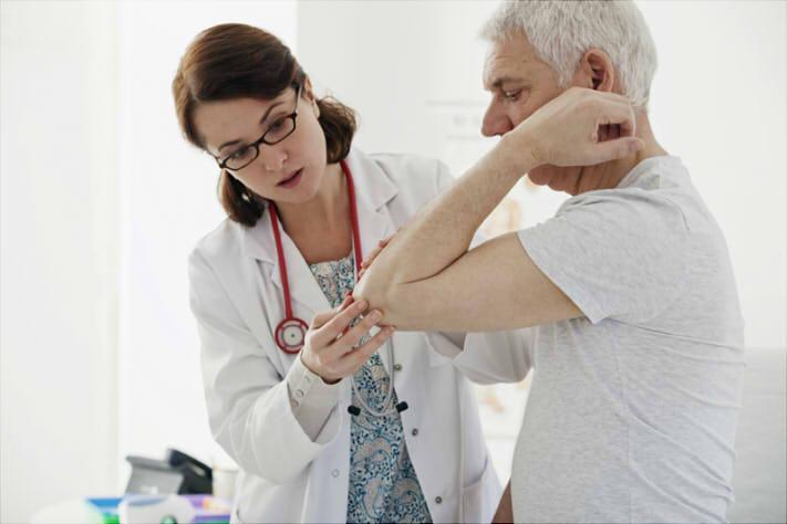Médica atende paciente com artrite reumatoide sob tratamento a base de tocilizumabe, atenta aos níveis PCR