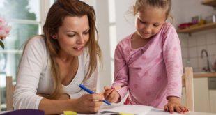 mãe estudando com criança e falando sobre a transmissão da covid-19 em ambiente familiar