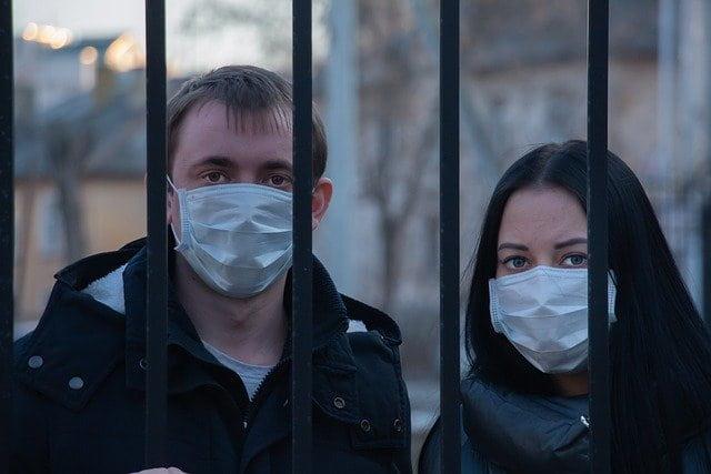 Casal usa máscaras durante a pandemia de Covid-19