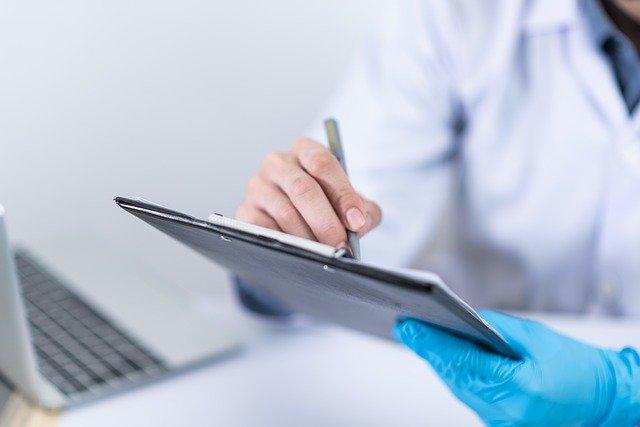 Médico checa os dados para prever a reativação da doença após desmame ou suspensão de adalimumabe em pacientes com artrite reumatoide