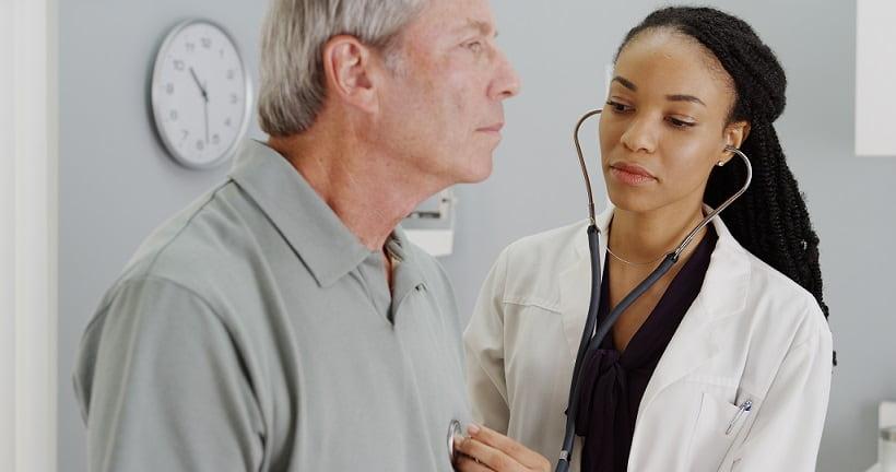 Paciente com insuficiência cardíaca com fração de ejeção reduzida passa por consulta com médica que busca garantir sua sobrevida.