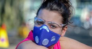 Pessoa utiliza máscara durante a pandemia de Covid-19 (causada pelo SARS-CoV-2) de olho na Motivos da hipoxemia silenciosa.