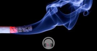 cigarro acesso fazendo fumaça e ativando o fumo passivo
