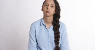 Mulher permanece cansada após alta de infecção por Covid-19, o que pode ser Síndrome de Fadiga Crônica