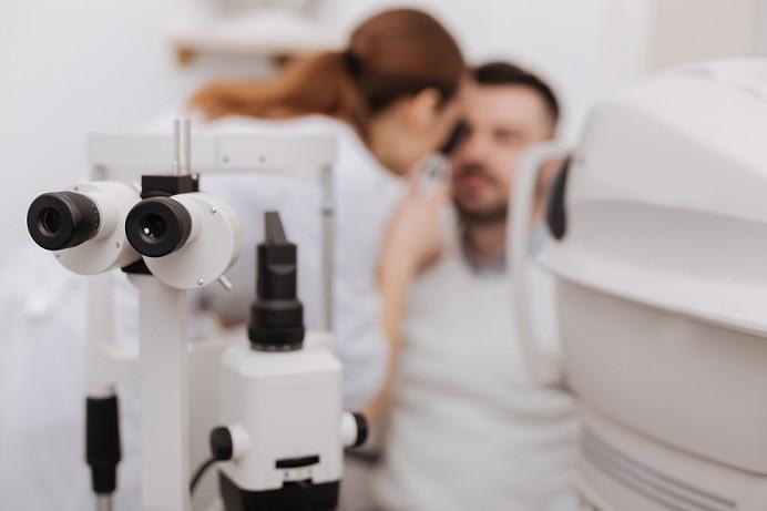 oftalmologista avaliando paciente com neurite óptica