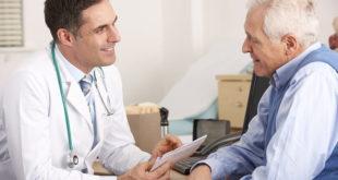 Médico informa para paciente com câncer de próstata sobre o tratamento com com Xofigo