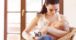 mulher realizando amamentação em bebê