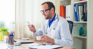 médico usando celular em atenção primária para telemedicina